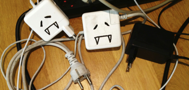 Sinnloser Stromverbrauch: angesteckte Ladegeräte