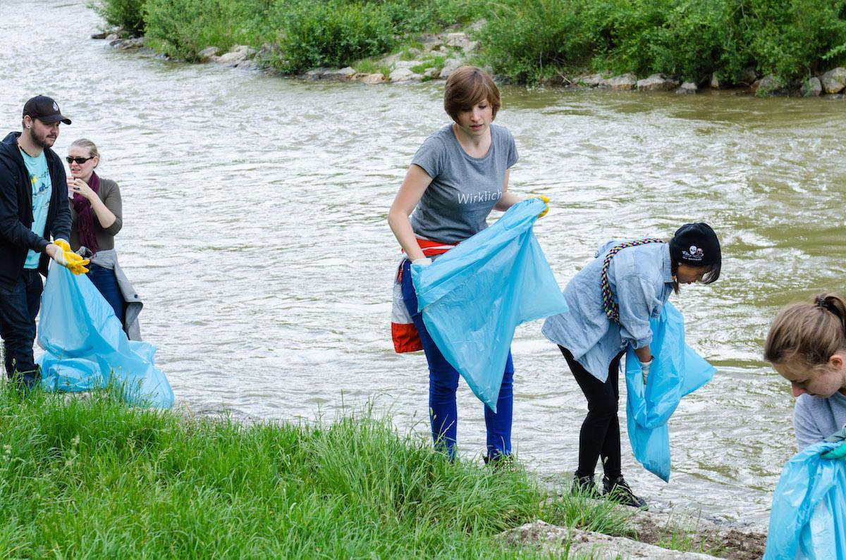 Isar Clean Up: Mit Mülltüten bewaffnet