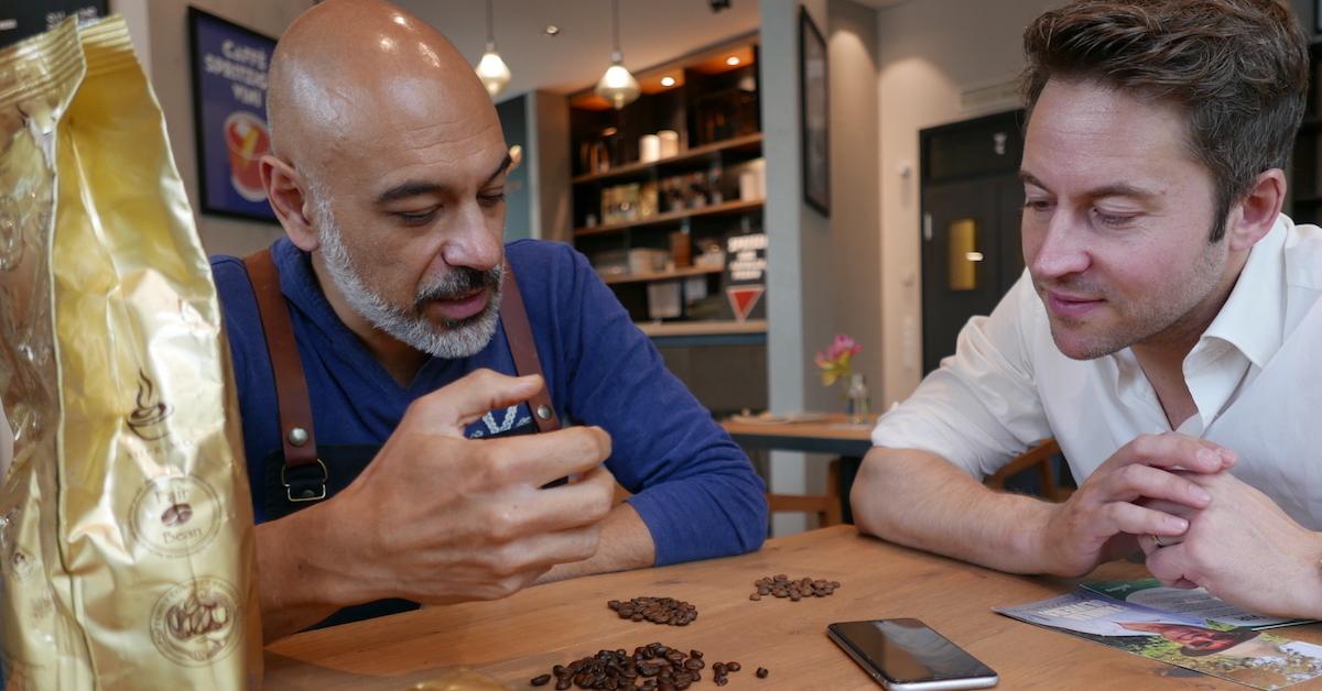 Die Qualität von Kaffeebohnen erkennst du anhand von verschiedene Merkmalen. Coffeeologe Sharam von der Primo Cafebar in Berlin hat Florian Henle von Polarstern Energie Tipps für den perfekten Kaffee gegeben.