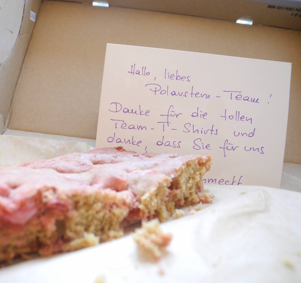 Geschenke von Polarstern-Kunden: Ein zuckerfreier Rharbarber-Kuchen. Mjaaaam.