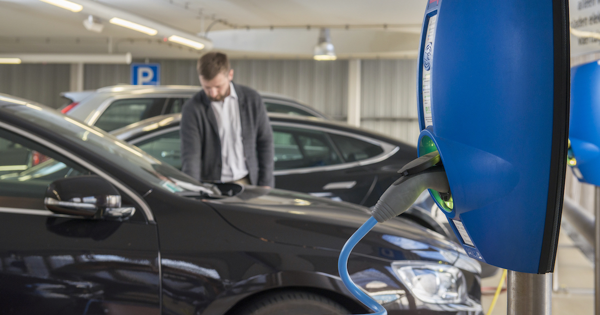 E-Autos wird man zukünftig nicht nur zuhause, sondern auch an vielen öffentlichen Ladesäulen aufladen können. Erfahre hier alles über Preise fürs E-Auto tanken, Ladekabel, Ladesäulen und Stecker.