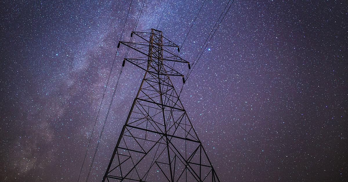 Strommast unter Sternen