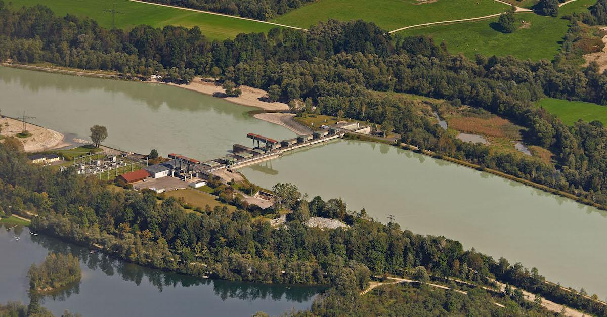 Das Wasserkraftwerk in Feldkirchen nähe Rosenheim produziert jeden Tag Ökostrom.