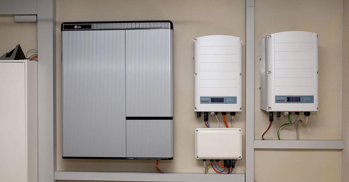 Mit dem Stromspeicher den mit Photovoltaik erzeugten Solarstrom speichern.