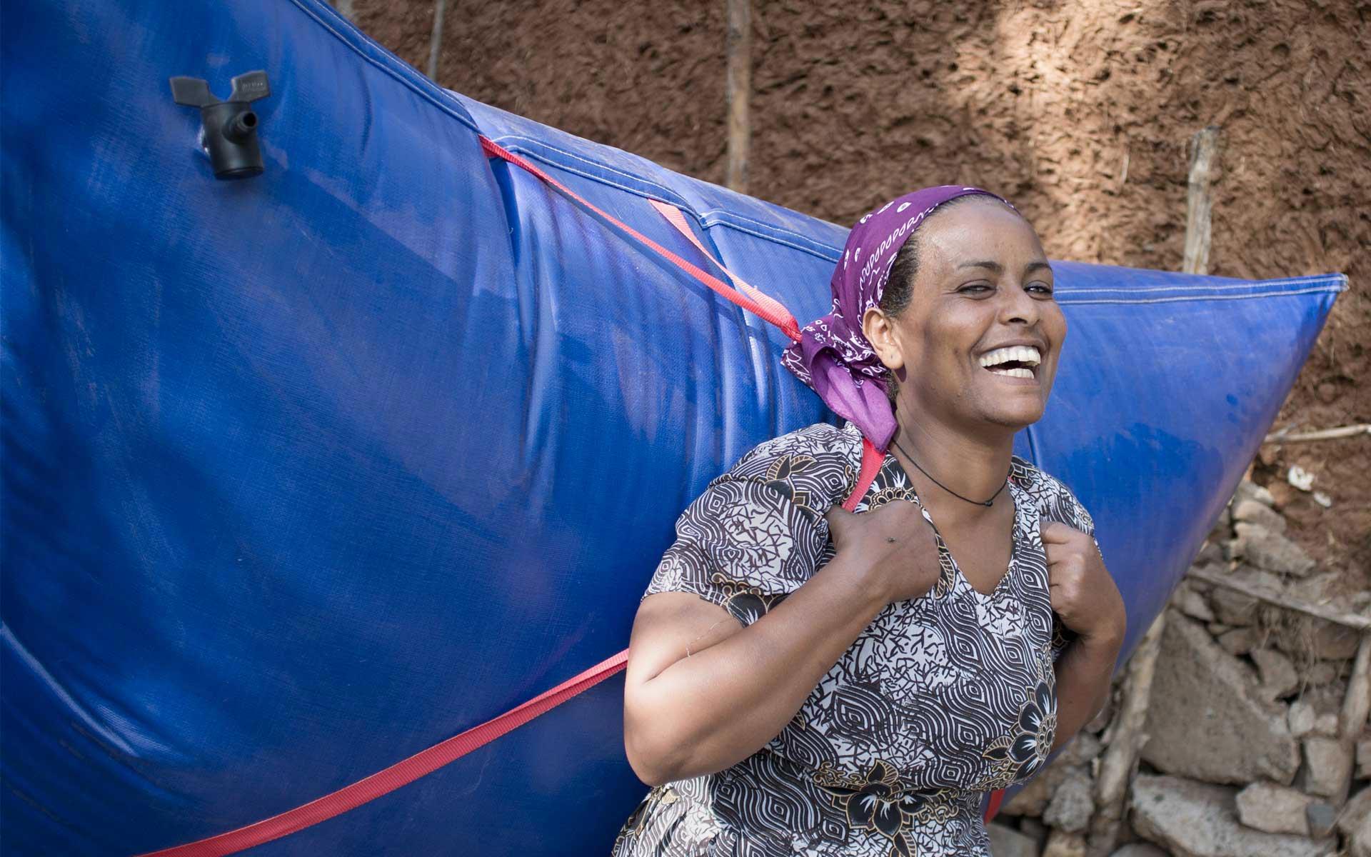 Frau mit Biogasrucksack in Mali